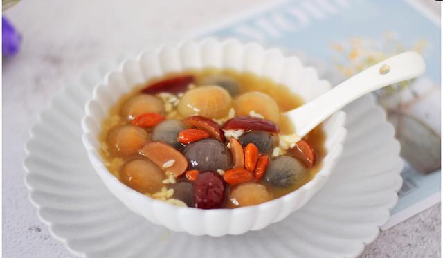 醪糟汤圆的做法,一份简单香甜的酒酿汤圆,酒香四溢,比奶茶好喝百倍