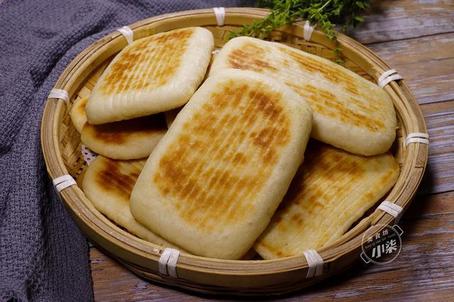 烧饼的做法,家常烧饼,皮酥层多,做法简单无难度,出锅不干不硬,全家喜欢吃