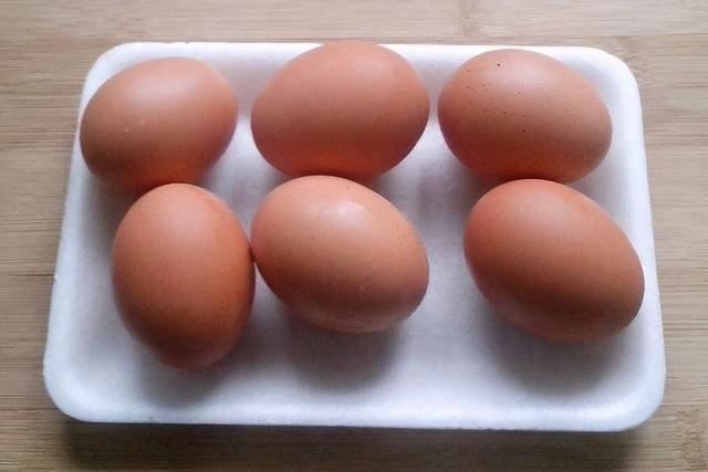 """水煮荷包蛋的做法,煮鸡蛋,记住""""两个窍门"""",鸡蛋煮好香嫩好吃,几秒钟轻松剥壳"""