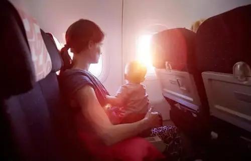 婴儿飞机,如何带着小月龄宝宝坐飞机出行?这5点攻略家长得知道
