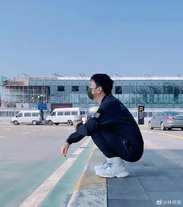 林依轮机场无人识,要助理当路人给自己摆拍?50岁仍是老帅哥 全球新闻风头榜 第2张