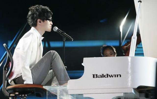 达人简介,无臂钢琴师刘伟,在达人秀成名后隐退,如今已结婚生子,也发福了