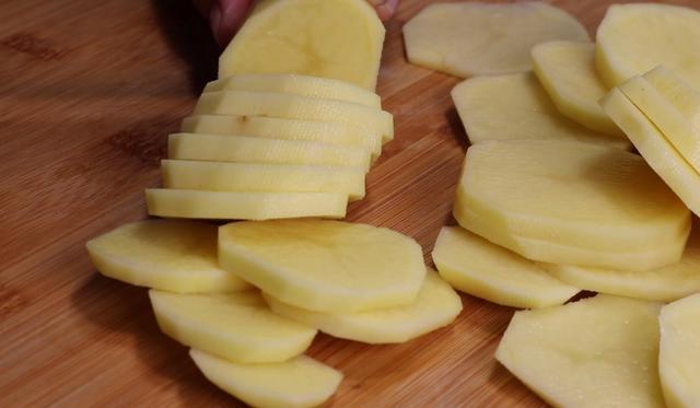 土豆丝的做法,土豆用牙签扎一扎,想不到这么好吃,外面都买不到,天天吃都不腻