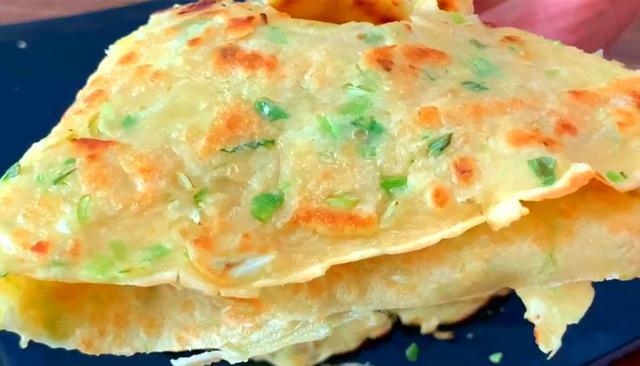 美食好吃,面粉里淋2个鸡蛋,筷子搅一搅,3分钟做一大锅,比油条香酥好吃