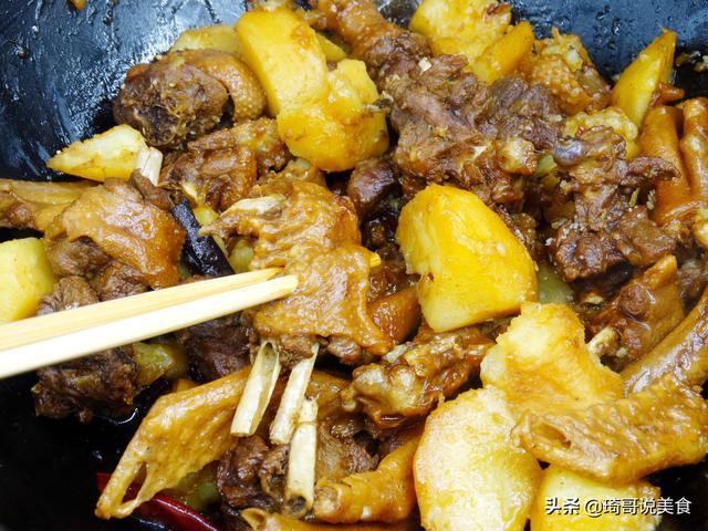 鹅肉怎么做好吃,冬补吃大鹅炖土豆,20块钱做1顿,解馋又滋补,比吃牛羊肉强多了