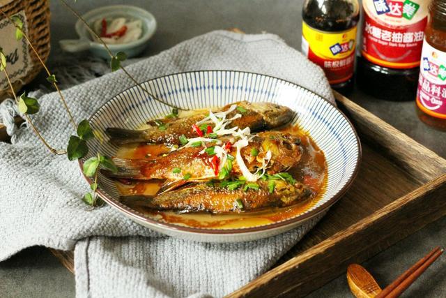 怎么做红烧,街边盒饭的红烧鲫鱼,在家简单快手做,肉鲜味美,怎么也吃不腻