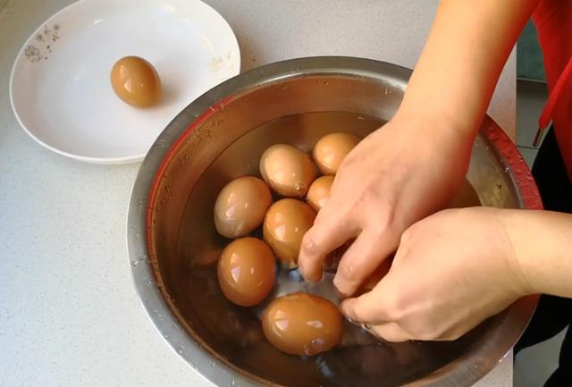怎么做蛋,爱吃鸡蛋试试这个做法吧,咸香入味好吃有韧性,做法超简单