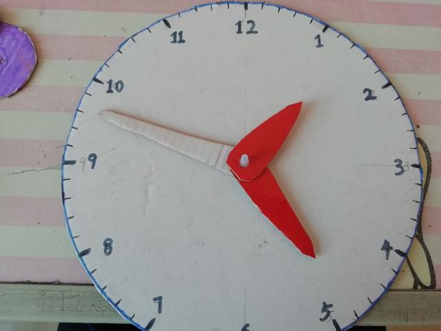 小学生手工简单又漂亮,爸爸给小学三年级女儿制作纸制钟表