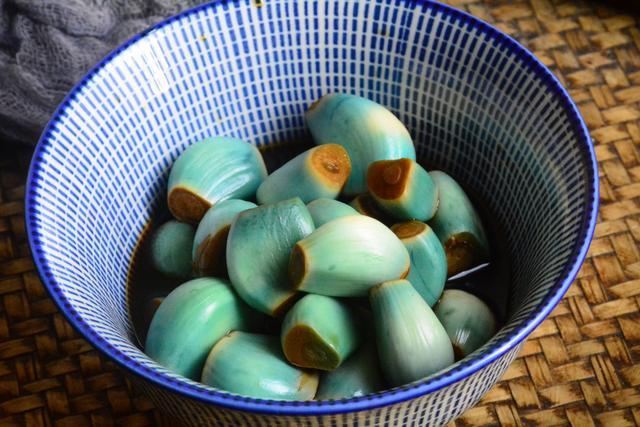 腊八蒜的做法,腌腊八蒜,用对醋、用对蒜、用对方法,腌一夜就变绿,又香又脆