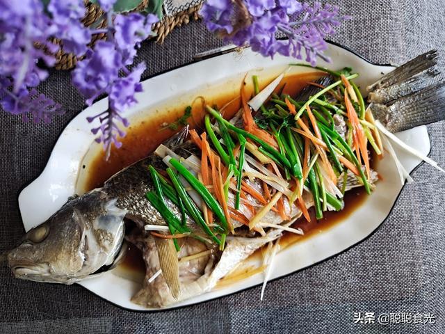 清蒸鱼的家常做法,做清蒸鱼,放盐和料酒都不对,牢记蒸鱼4步骤,口感鲜嫩不腥不柴