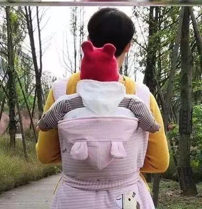 """婴儿背,父母出门""""偷懒"""",把孩子背在身上,以为很便利其实伤害了娃"""