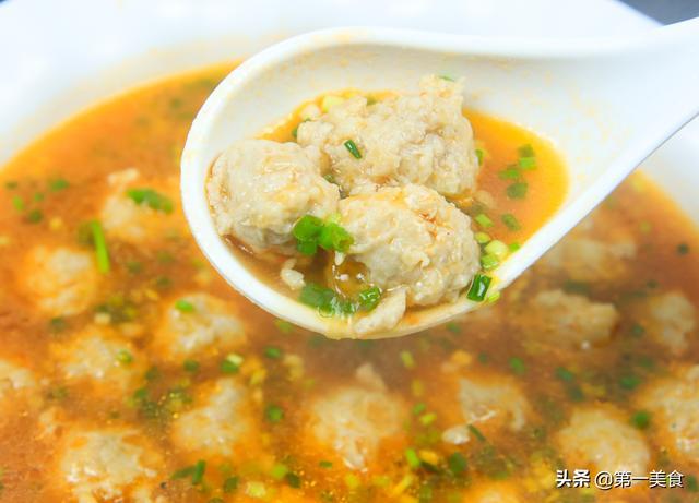 丸子汤的做法,肉丸Q弹汤汁酸香,不油炸做出的番茄丸子汤,家人喝到1滴不剩