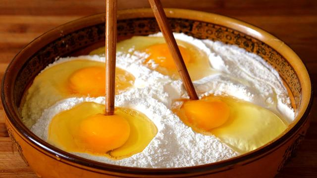 面粉的吃法,一碗面粉,4个鸡蛋,不用蒸不用烤,比吃肉香,上桌就抢光