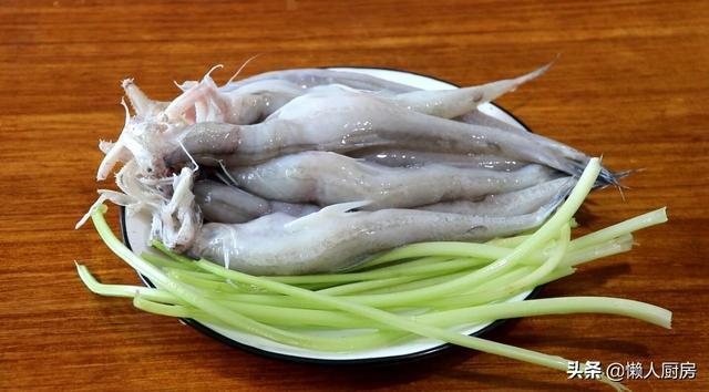 鱼饼的吃法,家常菜豆腐鱼的做法,和这个菜巧妙搭配,做成鱼饼,又香又嫩
