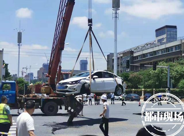 吉安突发!马路突然塌陷,一辆轿车掉入坑中 全球新闻风头榜 第4张