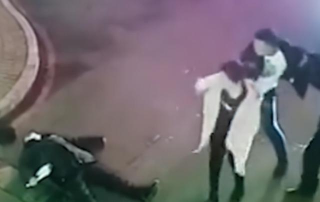 小区保安拦下外来车辆,被车主拳打脚踢,头部多次被踹 全球新闻风头榜 第2张