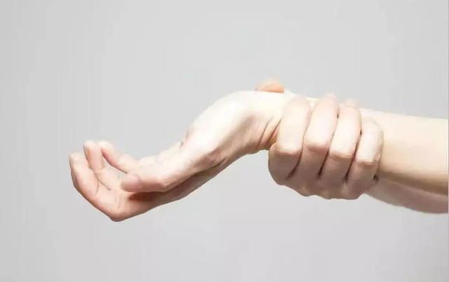 手指关节疼痛是怎么回事,手指肿、关节疼,是关节炎还是痛风?中年人应该小心地关节问题