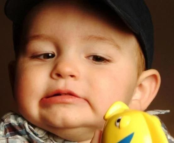 """拇指婴儿,世界上首个""""拇指婴儿"""",身形还没有小拇指长,衣服都是特别定制"""