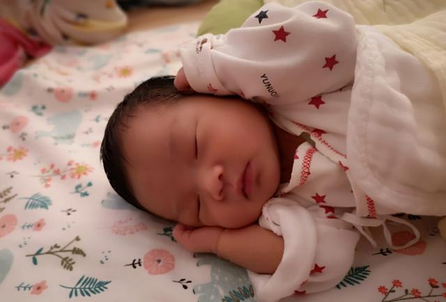 """小婴儿逃出系列2,婴儿的""""落地醒""""事出有因,诱因和缓解方式,新手妈妈要尽早掌握"""