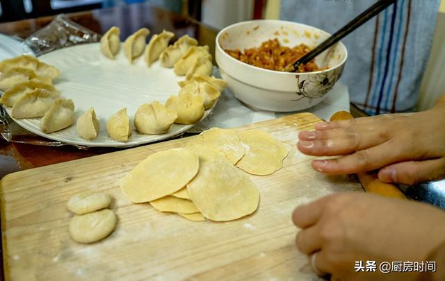 怎么做饺子皮,饺子皮的面不只用水,加入它和面就不会煮破皮,又薄又劲道特好吃