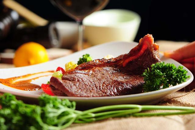 怎么做牛排,牛排又老又硬,难吃又难嚼,掌握两个技巧,西餐厅也做不出来的嫩