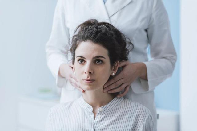 甲状腺结节怎么治疗最好的方法,体检查出甲状腺结节怎么办?会癌变吗?应该如何治疗?