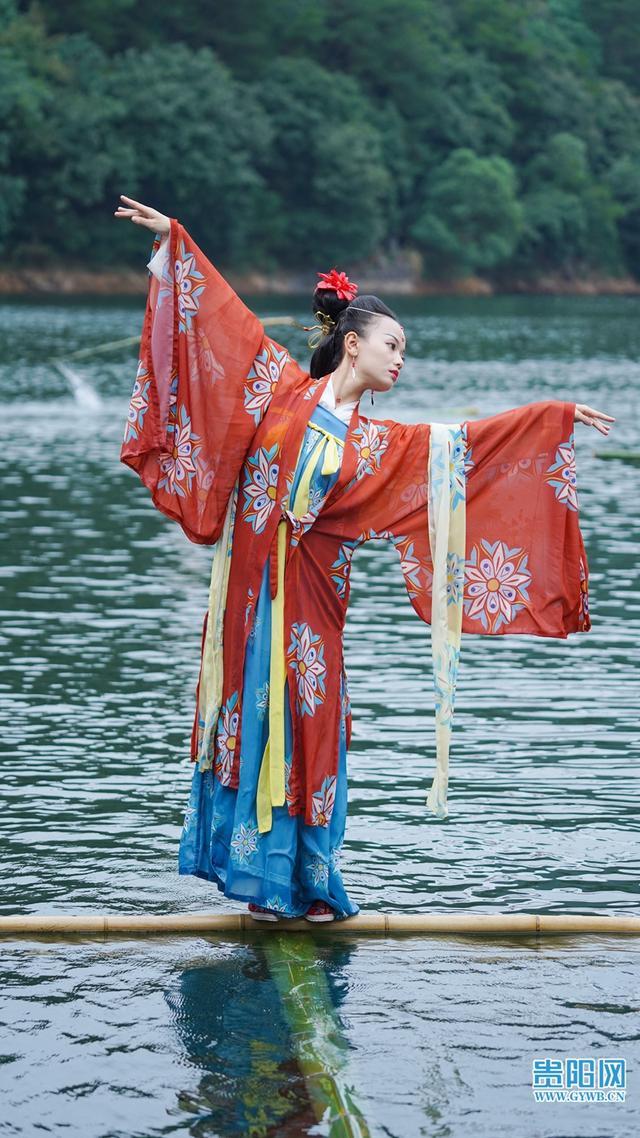 """美!95后女生""""独竹漂""""绝技火到国外 全球新闻风头榜 第2张"""