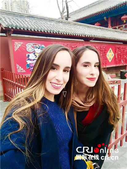 2013年的祝福语,致力于中希文化交流的希腊姐妹花 祝福中国朋友牛年大吉