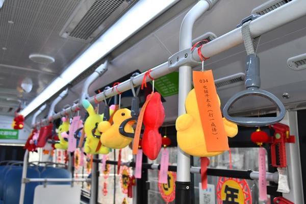 不考虑中间打一成语,郑州202路公交车上猜灯谜还能拿奖?乘客提前感受元宵节气息