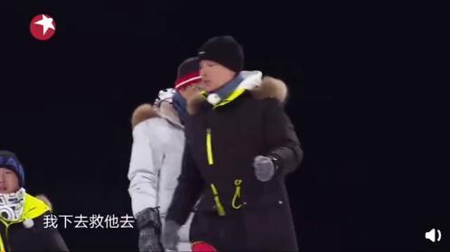 贾乃亮想救岳云鹏却连手都没握上就摔倒,终被小岳岳目送滑下坡,画面凉透了…… 全球新闻风头榜 第2张