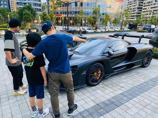 谢霆锋带孩子赏析周杰伦 网友:三个我喜欢的男孩儿