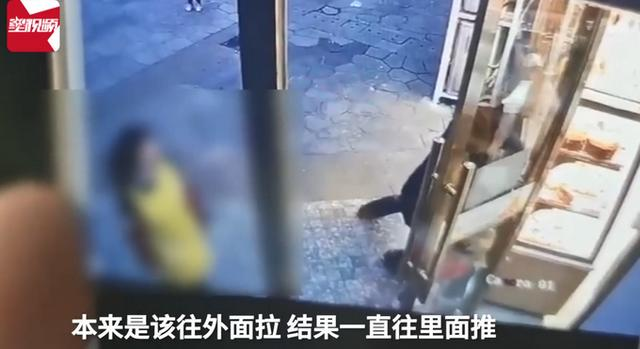 重庆小女孩不慎手卡蛋糕店门痛哭,父亲愤怒反夹店员手!网友怒了 全球新闻风头榜 第3张