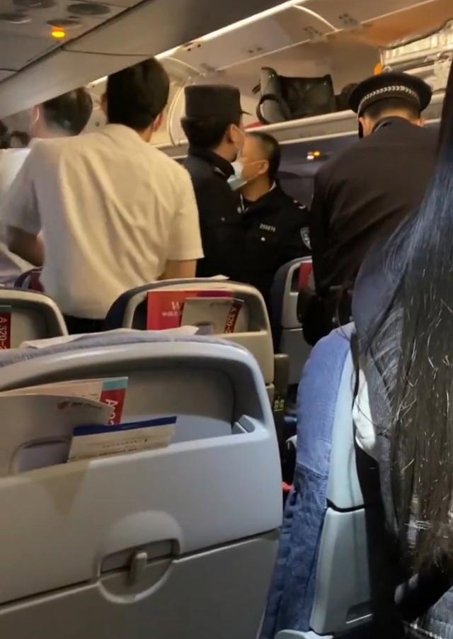 乘客忆国航深夜返航:男子谎称飞机上有炸弹,有女生被吓哭 全球新闻风头榜 第1张
