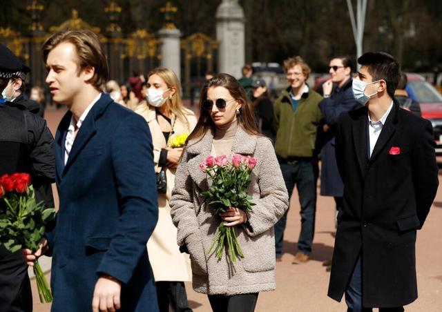 英国民众聚集到白金汉宫门前,悼念菲利普亲王 全球新闻风头榜 第1张