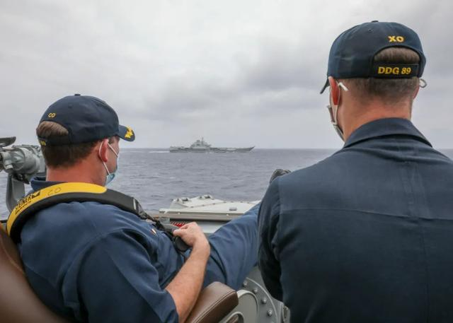 美国海军发布照片:中国辽宁舰和美驱逐舰在菲律宾海近距离碰面 全球新闻风头榜 第1张