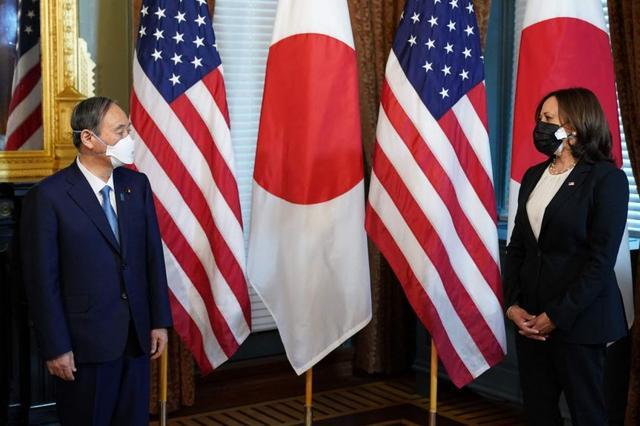 释放什么信息?访美的菅义伟戴了印有美日国旗的口罩,拜登会谈时戴双层口罩 全球新闻风头榜 第2张