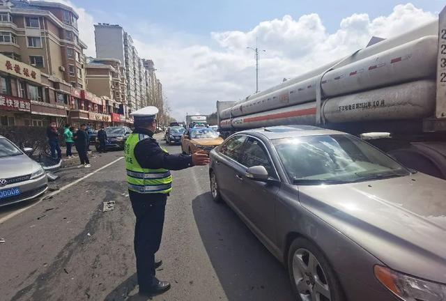 突发!哈尔滨一大货车连撞21车,车祸现场长达1.5公里…… 全球新闻风头榜 第5张