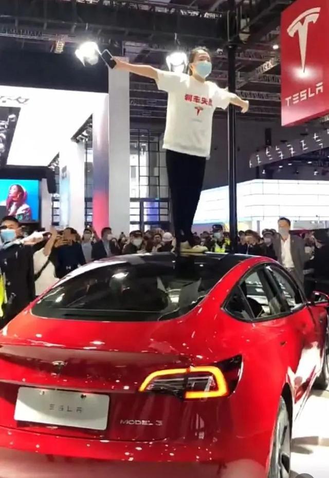 特斯拉车顶消费者维权车认为女性在新浪微博出文表明