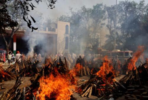 印度火葬场不够用 民众被迫在自家花园火化亲人遗体 全球新闻风头榜 第1张