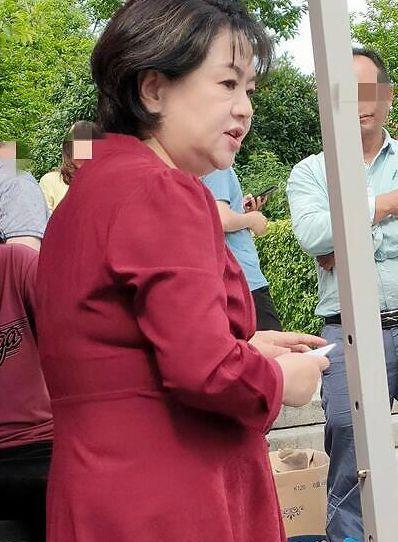 """""""鞠萍姐姐""""罕见参加活动 身穿红色长裙和蔼可亲 全球新闻风头榜 第1张"""