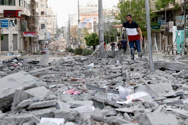 加沙高校大楼遭以军空袭:6层建筑轰然倒塌 书籍桌椅变废墟 全球新闻风头榜 第1张