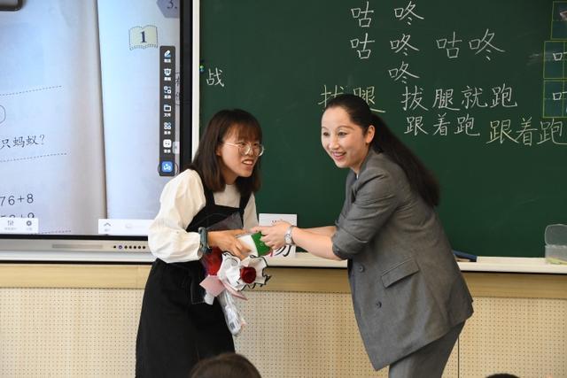 """我想对老师说的话,老师,我爱你!520杭州市奥体实验小学给老师送""""惊喜"""""""