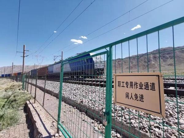 记者实拍兰新线列车人员碰撞事故现场 火车路过会鸣笛警示 全球新闻风头榜 第1张