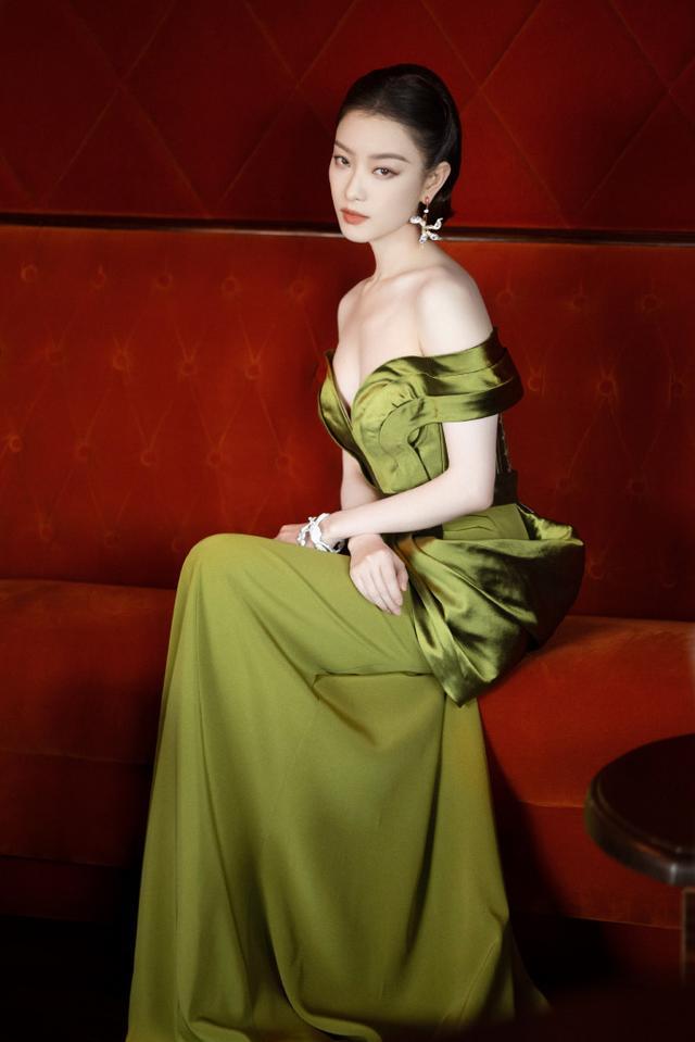 倪妮一袭复古绿花萼裙搭配玉兰耳环 复古编发尽显端庄 全球新闻风头榜 第1张