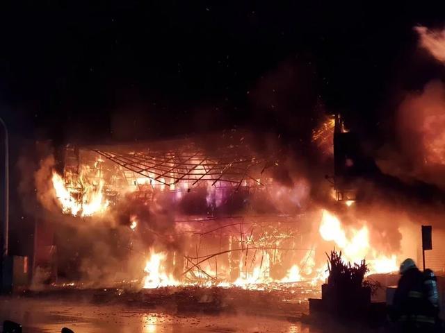 """台湾高雄""""城中城""""大楼发生大火,不排除人为纵火可能"""
