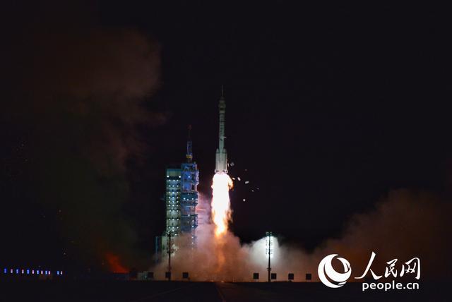 火箭点火起飞 3名航天员搭乘神舟十三号奔赴中国空间站