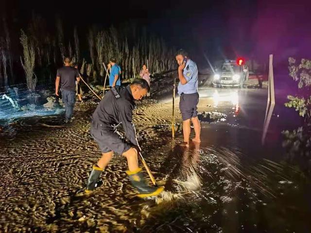 新疆和硕:警民携手深夜抗洪,谱写警民鱼水情 全球新闻风头榜 第3张