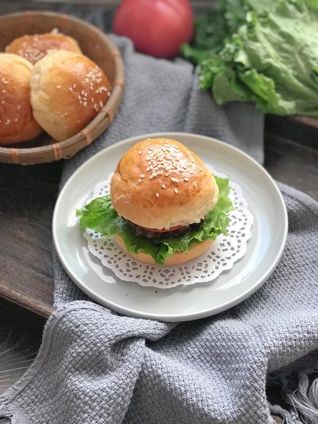 牛肉汉堡的做法,1碗面粉,1块牛肉,零基础教你做牛肉汉堡,学会这做法不用再买了