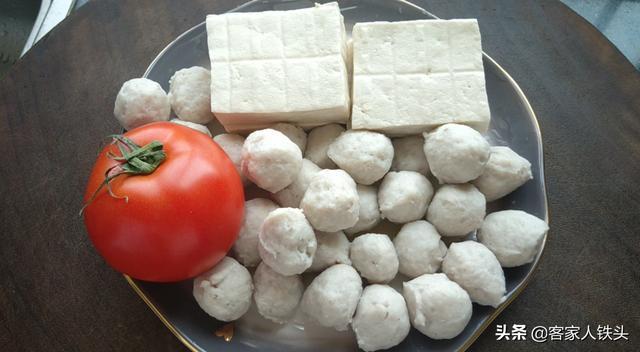 鱼丸的吃法,天越冷越爱一锅豆腐煲,加1个番茄1碗鱼丸,喷香下饭孩子超爱吃