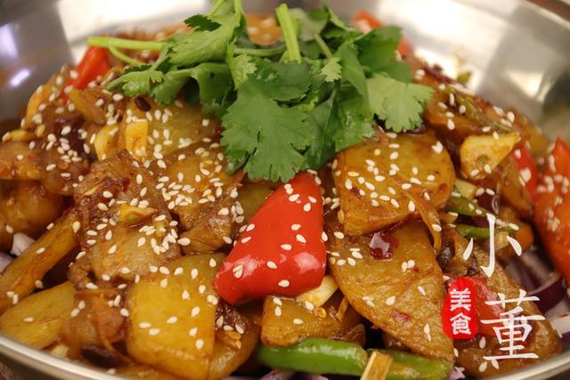 洋葱的做法,2个土豆,1个洋葱,做出很多人喜欢的下饭菜,5分钟就学会